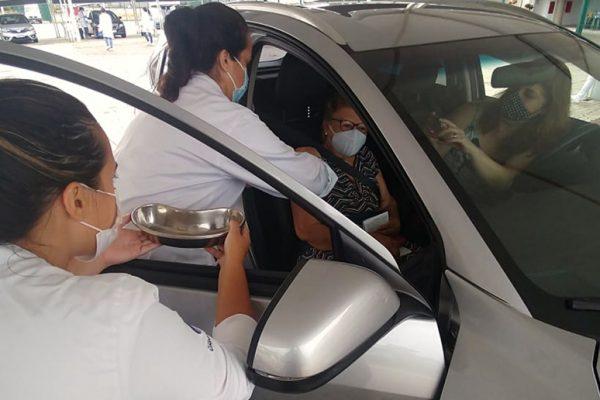 Atriz Cacau Protásio foi destaque ao levar sua mãe para tomar a primeira dose, sob os cuidados da equipe Unigranrio