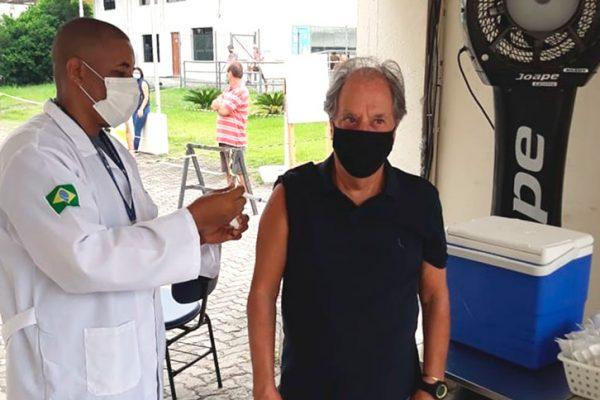 José Carlos Araújo (Garotinho, locutor esportivo de rádio com maior prestígio em todo o Brasil) Ele foi vacinado na unidade da Unigranrio/Barra. Já são quase 8 mil visualizações no seu Instagram, até este momento.